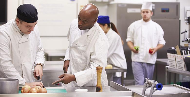 b06faf391e O objetivo do curso é promover a formação do ensino médio de forma  integrada à formação técnica em Cozinha a jovens e adultos com 18 anos ou  mais que não ...